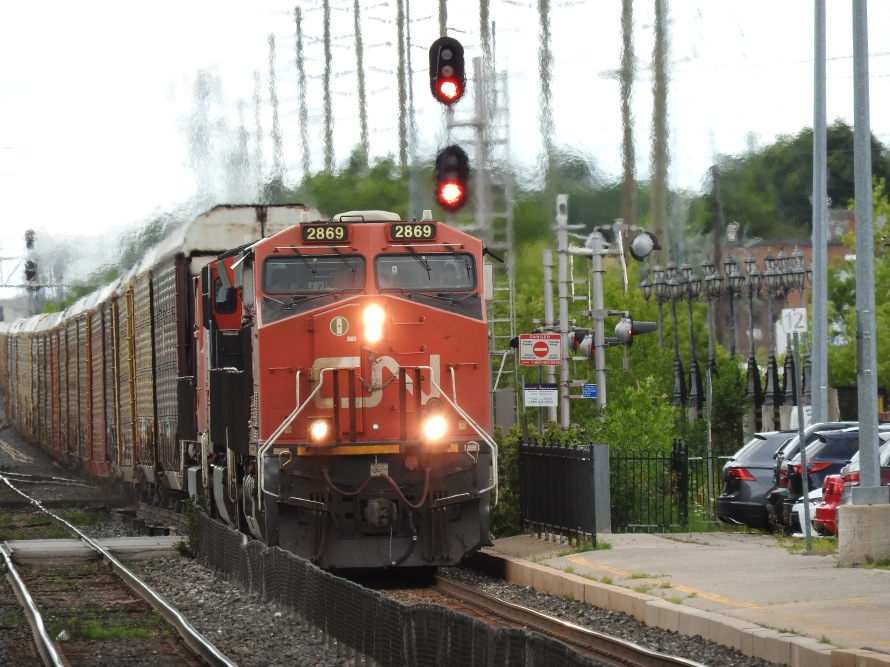 Another eastbound freight, consisting mostly of autoracks led by GE ES44AC (4,400 HP)