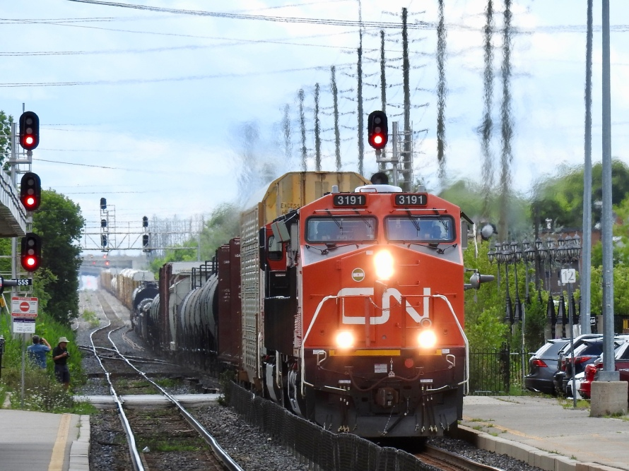 A very long westbound freght approaches Brampton led by General Electric ET44AC (4,400 HP)